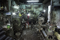 (kuuan) Tags: voigtländerheliarf4515mm manualfocus mf voigtländer15mm aspherical f4515mm superwideheliar sonynex5n apsc hochiminhcity hcmc saigon vietnam street workshop chinatown metal cholon