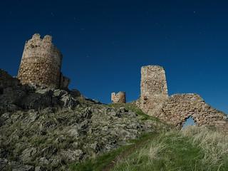 Castillo bajo la luna llena