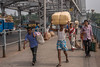 Pont d'Howrah, Calcutta, Bengale occidental, Inde (Pascale Jaquet & Olivier Noaillon) Tags: pontdhowrah piétons ambiance scènederue calcutta bengaleoccidental inde ind