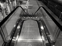 Sali scendi (VauGio) Tags: torino turin portasusa stazione railwaystation biancoenero blackwhite leica huawei p10 night notte notturno lacittàmetropolitanaditorinovistadavoi