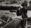 Les amoureux du pont St Pierre - Toulouse (France) (Guy World Citizen) Tags: fleuve garonne pontsaintpierre people street homme femme amoureux danslarue toulouse france ngc blackwhite