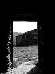 Valsavarenche_011_Alpe Djouan_08-17_B-N (mi.da_me) Tags: valsavarenche aosta eau rousse valle pascoli alpe djouan alpedjouan gran paradiso granparadiso parco nazionale pngp alpi graie mountainsnaps alpeggio baita malga eaurousse alpigraie valleaosta casa porta interno montagna tetto ombra biancoenero bn rurale parconazionalegranparadiso bianconero