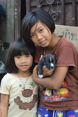 cute sisters with puppy (the foreign photographer - ฝรั่งถ่) Tags: two cute sisters puppy dog khlong thanon portraits bangkhen bangkok thailand nikon d3200