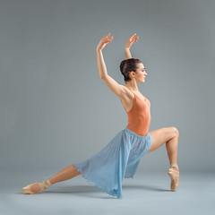 Hannah (sauliuske) Tags: dancer ballet ballerina pointeshoes woman young female body fit slender pose portrait studio