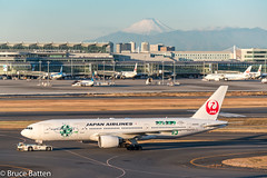 171226 HND-FUK-02.jpg (Bruce Batten) Tags: vehicles aircraft snowice transportationinfrastructure buildings shadows locations hnd automobiles airports honshu tokyo mountains fuji subjects japan airplanes ōtaku tōkyōto jp businessresearchtrips trips occasions