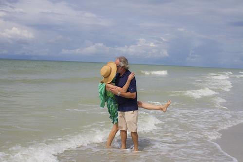 WWI ADULTS BEACH KISS