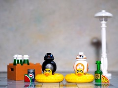 Happy hour for the droids... 🍸🍹🍺 (Legoliscious) Tags: starwarslego starwars droids bb8 happyhour weekend toy toyphotography thelastjedi lego minifigures minifigure minifig toys booze beer street