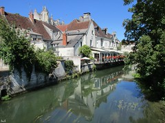 Obviouslγ ❣ (Éric…Mon chemin ⊰♥) Tags: loches 37 eu indreetloire centrerégion centrevaldeloire touraine tourainesud architecture river pierresetroches reflets reflexions reflexion water houses tree trees citémédiévale city village villagemédiéval médiéval paysage landscape countryside nature canon canonixius light travel août august summer 2017 lindre vestiges art