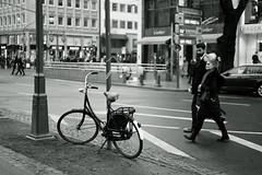 bike@Kö, Düsseldorf 40 (Amselchen) Tags: street streetphotography city bicycle kö düsseldorf germany mono monochrome bnw blackandwhite bokeh blur dof depthoffield sony a7rii alpha7rm2 zeiss carlzeiss sonnart1855 sonnar5518za fe55mmf18za sonyilce7rm2