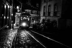 Lisboa (Hendrik Lohmann) Tags: street streetphotography tram lisboa lisbon night nightshot blackandwhite nikondf hendriklohmann
