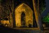 Mausoleo en el jardín (Blacklili) Tags: jardín mausoleo noche francia france árboles luznocturna tumba piedra