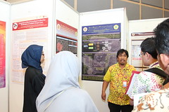 Besly Sinuhaji discusses his poster (International Conference on Health Sciences) Tags: international health sciences ichs 2017 yogyakarta indonesia eastparc universitas gadjah mada bpp ugm badan penerbit publikasi medicine medical research researcher speaker emerging reemerging infectious disease tropical neglected sexually transmitted drug resistance technology clinical presentation conference annual ichs2017