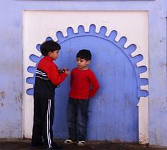Enfants Maroc / children Morocco_1916 (ichauvel) Tags: enfants children kids garçons boys discuter talking rue street scénederue streetphotography porte door mur wall bleu blue chefchaouen chaouen chechaouen maroc morocco afriquedunord northafrica afrique africa magreb rif voyage travel exterieur outside médina