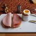 Fleischwurst (der Marke Bio Janssen) und Mettwurst (der Marke Bio Janssen) auf Toast zum Frühstücksei