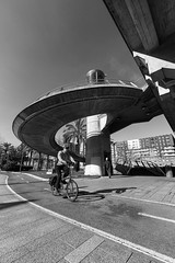 Cuidado con las curvas (noldor12) Tags: ascensor escaleradecaracol puentededeusto ríadebilbao bilbao bizkaia paísvasco spain bn ciclista bicicleta bidegorri canoneos6d canonef1635f4lisusm abandoibarra
