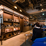 Amazingly, we are available to bring and read unpaid books in Starbucks. TSUTAYA Books keeps new challenge. ここも勿論未購入の本を持ってきて読みながらコーヒーが飲めます。