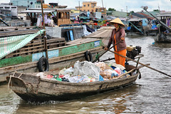 Marché flottant // Floating market (erichudson78) Tags: asie asia vietnam mékong marchéflottant bateau boat eau water river fleuve canoneos5d canonef24105mmf4lisusm tràôn floatingmarket food nourriture rame
