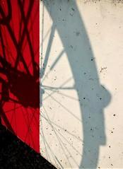 ...et puis Paulette (pierre-vdm) Tags: berlin germany deutschland allemagne noir rouge blanc schwarz rot weis black red white nero rosso bianco bicyclette vélo fahrrad bike àbicyclette
