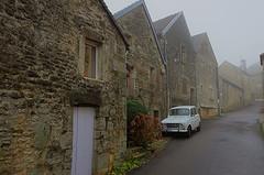 Flavigny-sur-Ozerain (hervétherry) Tags: france bourgognefranchecomté bourgogne côtedor flavignysurozerain canon eos 7d efs 1022 village pittoresque brume brumeux brouillard rue pierre voiture 4l renault