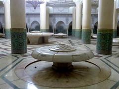 blumige Waschmöglichkeit-floral washing facilities (Anke knipst) Tags: casablanca morocco marokko moschee mosque hassaniimoschee marmor marble waschraum