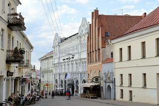 9-DSC_8061 Altstadt von Vilnius - Straße Aušros Vartų g - Gebäude unterschiedlicher Baustile - in der Bildmitte ein gotisches Gebäude.