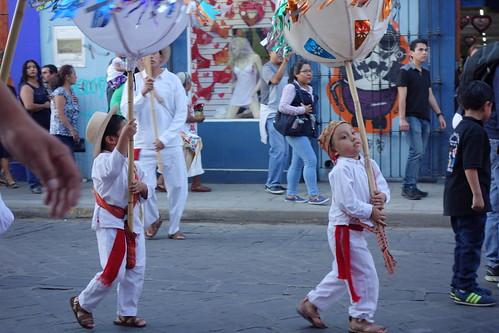 Les enfants portent la tenue traditionnelle