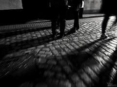 ... (ángel mateo) Tags: ángelmartínmateo ángelmateo cádiz andalucía españa noche luz sombras gente calle empedrado urbano andalusia spain night light shadows people street cobblestone urban