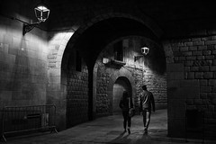 Acompáñame en este camino. (Jon Ortega Photography) Tags: pareja couple blackandwhite barcelona blancoynegro monochrome monocromo streetphotography street calle callejera catalunya people walking night dark noche oscura urban