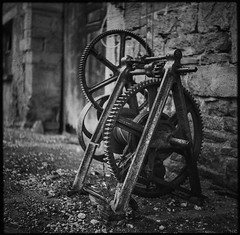 retired (*altglas*) Tags: mediumformat mittelformat 6x6 120 film analog ilforddelta3200 bw monochrome zeiss superikonta winch winde gear wheel zahnrad vintage