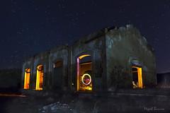nocturna-1658 (mibagui22) Tags: nocturna largaexposición cielo estrellas trazas mibagui22 luces lightpainting pinturaconluz estaciónabandonada