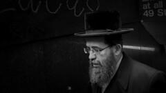 """""""El hombre rico se cree sabio, pero el pobre inteligente le hará el examen."""".- (Proverbio judío). (AlalbA 16) Tags: metrony nuevayork"""