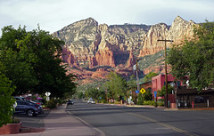 Main Street Sedona, AZ (SomePhotosTakenByMe) Tags: landschaft landscape auto car baum tree urlaub vacation holiday usa america amerika unitedstates arizona sedona stadt city innenstadt downtown outdoor mainstreet redrock