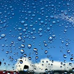 Tu me des gouttes... (NUMERIK33) Tags: eau gouttes water drop bleu blue sky ciel pluie rain