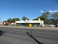 Ray White (former Sleepy Hollow bedding) - North East Rd, Valley View (RS 1990) Tags: adelaide teatreegully modbury valleyview southaustralia northeastrd friday 19th january 2018 raywhite former sleepyhollow realestateagency beddingstore