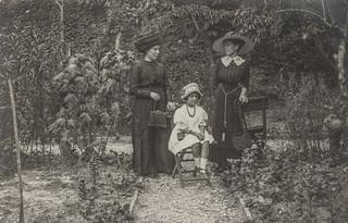 Ascoli com'era: signore e bambina in giardino (191?)