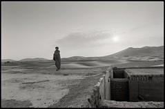 sunrise (stefkas) Tags: marokko92 stefkas monochrome blackandwhite travel backpacking deserttrip desert dunes sunrise roof minolta9000af ilfordhp5plus scannedfromnegative cameraasascanner fujifilmxpro2asscanner afmicronikkor60mm28 ishootfilm buyfilmnotmegapixels filmisnotdead filmphotography grainisgood