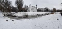Schloss Ahrensburg (guidokpunkt) Tags: ahrensburg schloss hamburg deutschland winter schnee eis enten zugerfroren fluss wolken wiese 2018