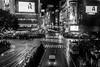 Cruce de Shibuya (Andrés Guerrero) Tags: 2017 asia autumn blancoynegro callejón fall fotografíacallejera fotografíadeviaje fotografíanocturna fotografíaurbana japan japon japón kanto lluvia monochromatic monochrome monocromático nightphotography otoño rain rainy shibuya streetphotography tokio tokyo urbanphotography viaje crossing
