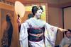 Elégante Maiko ... Kyoto (geolis06) Tags: geolis06 asia asie japan japon 日本 2017 kyoto gion kimono cloth suit vêtement tradionnel portrait japon072017 patrimoinemondial unesco unescoworldheritage unescosite lady beauté lovely maiko maïko geisha geiko danse dance musique