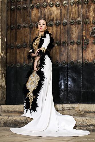 02 Vestido de fiesta de fiesta blanco con plumas negras y dorado