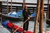 El gondolero (Eva Cocca) Tags: venecia venice góndola gondolero gondolier gondola personas people gente viajes travel