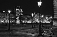 Street Lamps. And a bike. (eyeofthebeholder5) Tags: place concorde paris nuit pyramide louvre