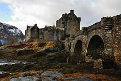 Eliean Donan castle. Scotland (Arbesu80) Tags: mar escocia scotland scotlanda eilean donan castle castillo uk highlands tierras altas mas sea lago nieve snow cielo azul paisaje