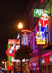 Broadway Street - Nashville (Tennessee) (Andrea Moscato) Tags: andreamoscato america statiuniti usa unitedstates us notte notturno night nightlife dark darkness street road strada boulevard avenue city città downtown town luci ombre light shadow black yellow red insegna neon