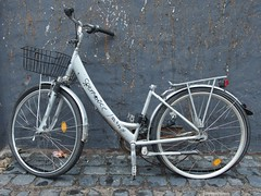 Rest in Pieces (mkorsakov) Tags: münster city innenstadt fahrrad bike bicycle sperrmüll gerümpel trash rip wtf traurig sad grau grey graffiti tagging