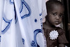 © Zoltan Papdi 2017-0725 (Papdi Zoltan Silvester) Tags: zanzibar enfant amitié voyagehumain viequotidienne mère mother fillette fille fleur caché amour child friendship girl flower hidden love triphuman everydaylife jambiani journalism journalisme reportage