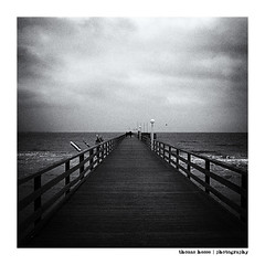 Pier (Der Zeit die Augenblicke stehlen) Tags: ostsee schleswigholstein deutschland scharbeutz thomashesse hth56 eos700d balticsea pier seebrücke bw sw monochrom
