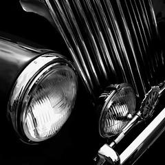 Le troisième oeil... (Sabine-Barras) Tags: suisse switzerland monochrome blackandwhite bnw bw détail detail automobile vehicle véhicule dark reportage lignes lines automotive cars retromobile voitures