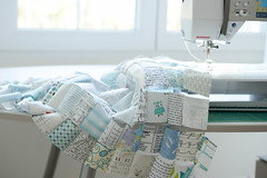 Much better! (balu51) Tags: patchwork sewing sewingroomorganization sewingmachine window daylight wip quilt wallquilt winterquilt squares chainpiecing white cream blue green teal turquoise januar 2018 copyrightbybalu51