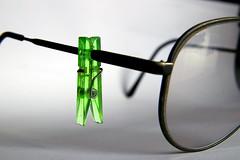 molletta (Pioppo67) Tags: canon 80d verde molletta occhiali